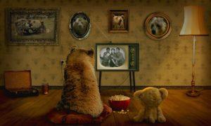 夫とテレビを見る様子