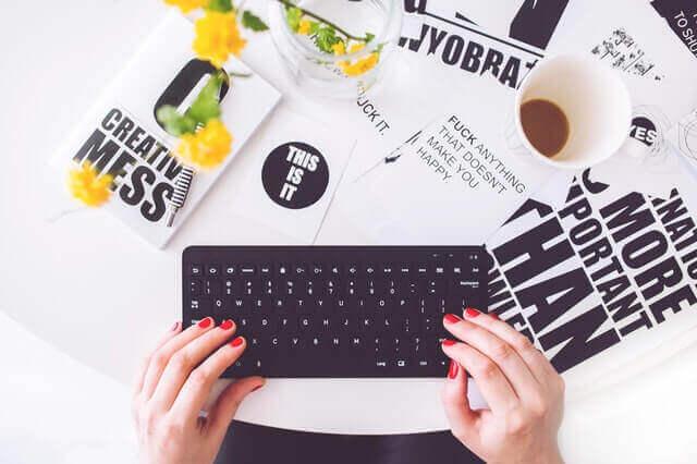 ブログを書く様子